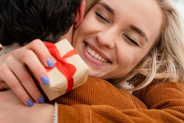 Giovani coppie che abbracciano all'aperto Foto Gratuite