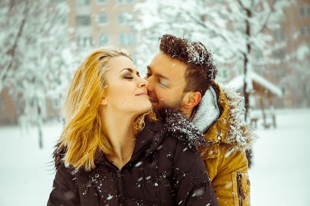 冬の屋外の若いカップル Premium写真