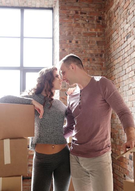Молодая пара собирает вещи и переезжает на новое место Бесплатные Фотографии