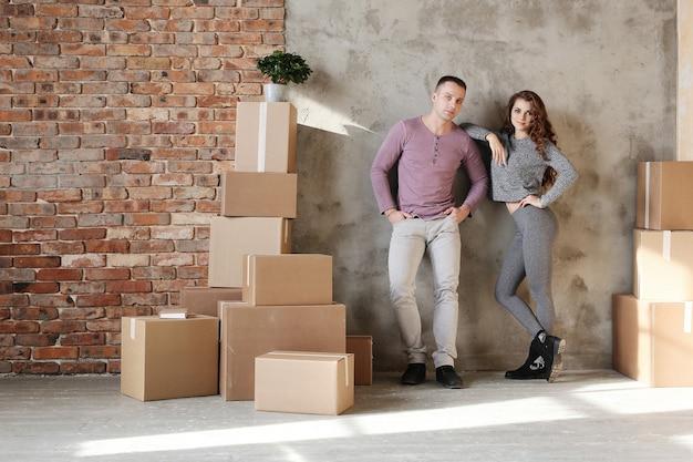 Молодая пара собирает вещи для переезда в новую квартиру Бесплатные Фотографии