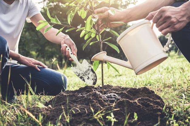 木を植える若いカップル Premium写真