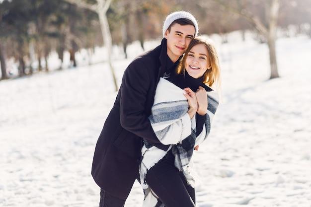 雪原で遊ぶ若いカップル 無料写真