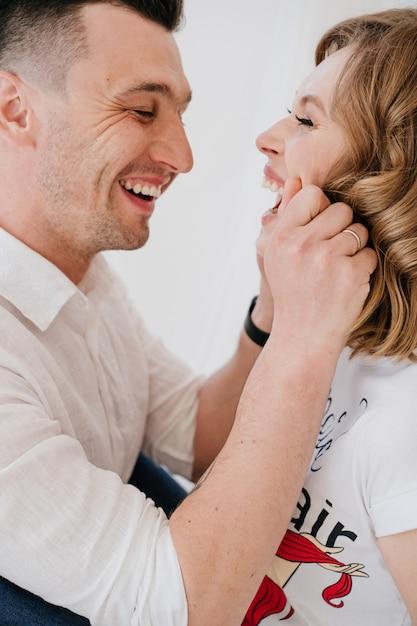 Портрет молодой пары. красивая красотка целует красавец. чувственное фото Premium Фотографии
