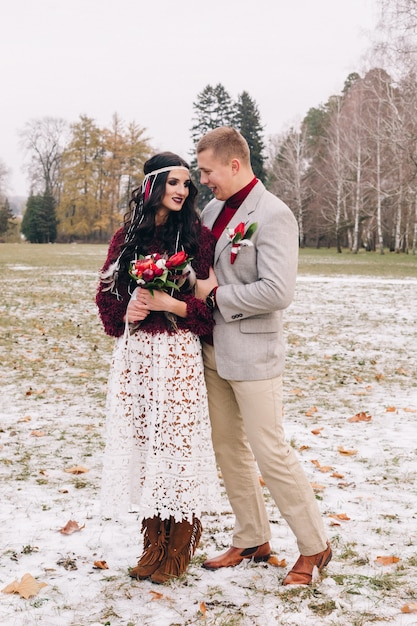 Молодая пара позирует для свадебной фотосессии в стиле бохо в стиле бохо Premium Фотографии