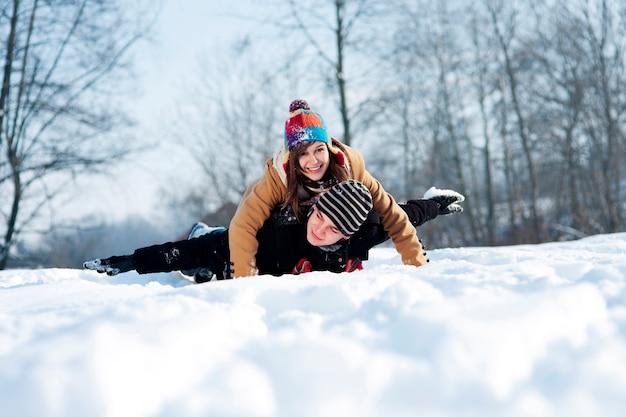 눈에 썰매 젊은 부부 무료 사진