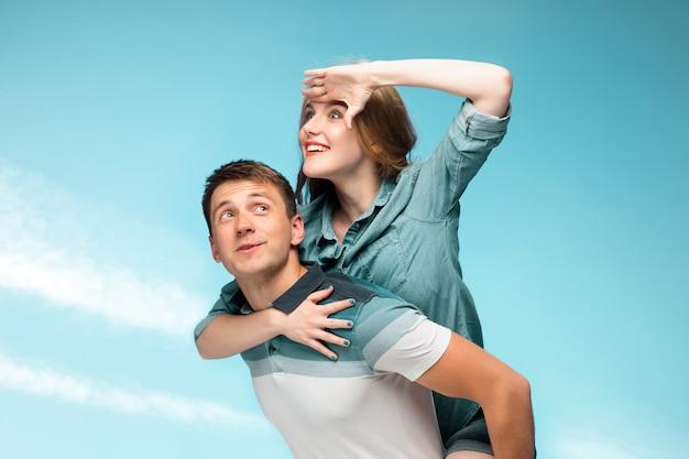 Молодая пара, улыбаясь под голубым небом Бесплатные Фотографии