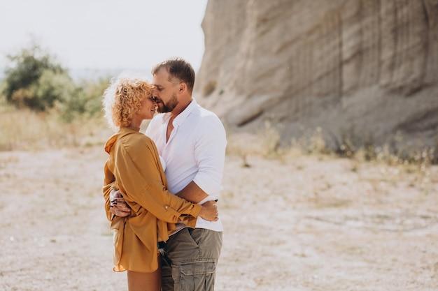 砂浜の採石場で一緒に若いカップル 無料写真