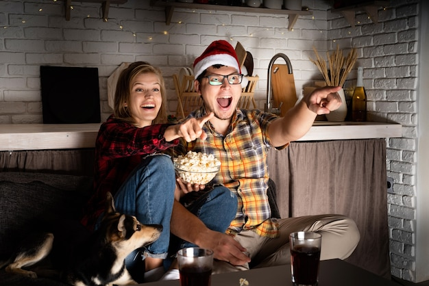 家で映画を見ている若いカップル Premium写真