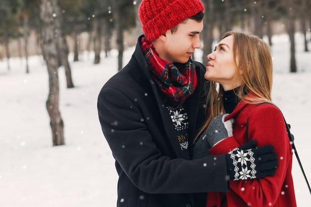 雪原に毛布を着ている若いカップル 無料写真