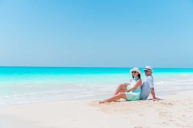 Young couple on white beach during summer vacation. happy lovers enjoy their honeymoon Premium Photo