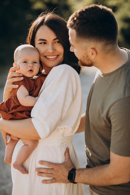 公園で赤ん坊の娘と若いカップル 無料写真