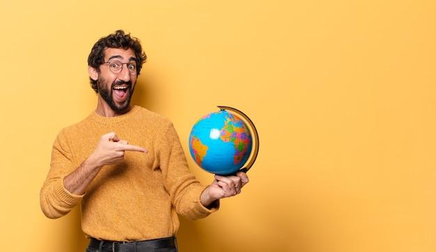 세계 세계지도 들고 젊은 미친 수염 된 남자 프리미엄 사진