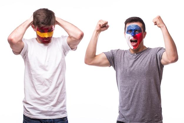 흰 벽에 고립 된 젊은 체코와 스페인 축구 팬 무료 사진
