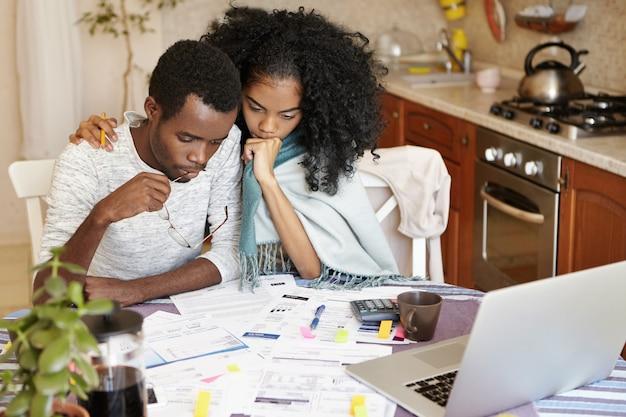Молодая темнокожая пара пытается избежать выселения из квартиры Бесплатные Фотографии