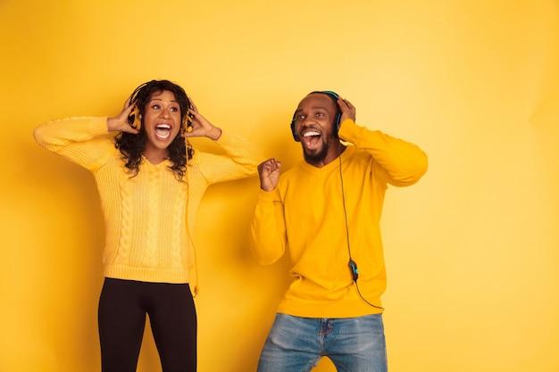 Giovane uomo e donna afroamericani emotivi Foto Gratuite