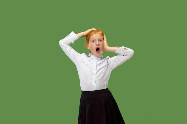口を開けて立っている若い感情的な驚きの女の子 無料写真