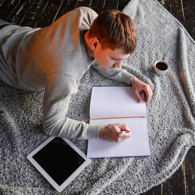 在宅勤務の若い起業家 無料写真