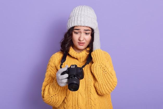 ライラックの壁に対して若いヨーロッパの女性 無料写真