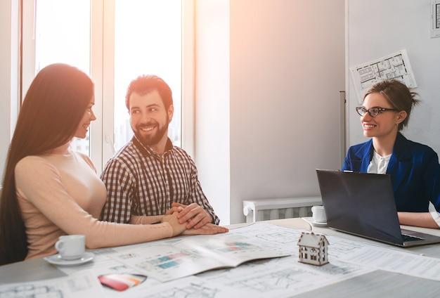 Молодая семейная пара покупает недвижимость в аренду Premium Фотографии
