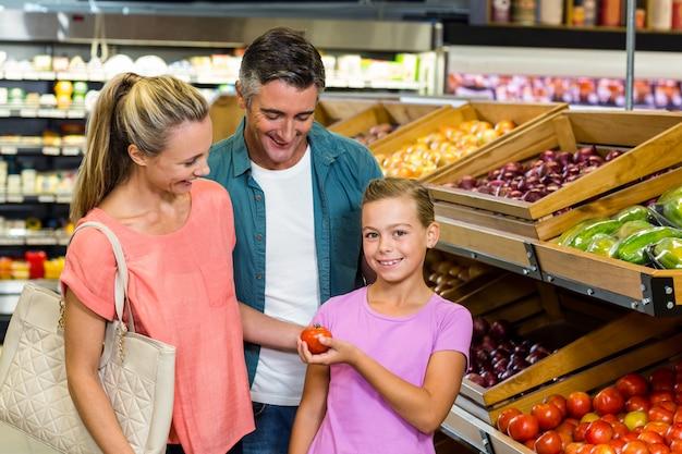 쇼핑을 하 고 젊은 가족 프리미엄 사진