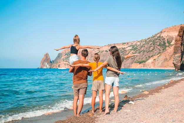 Молодая семья в отпуске повеселится Premium Фотографии
