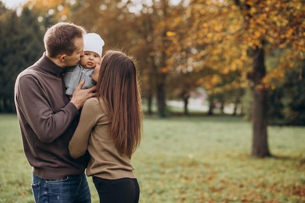Giovane famiglia con figlio bambino nel parco Foto Gratuite