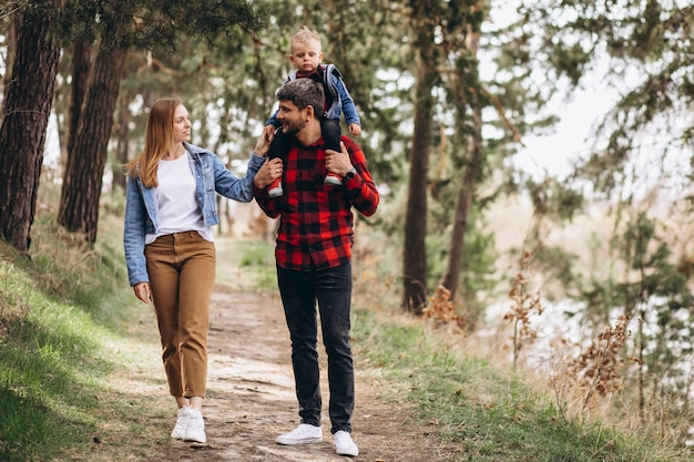 Giovane famiglia con figlio piccolo nella foresta Foto Gratuite