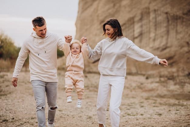Молодая семья с маленьким сыном весело вместе Бесплатные Фотографии