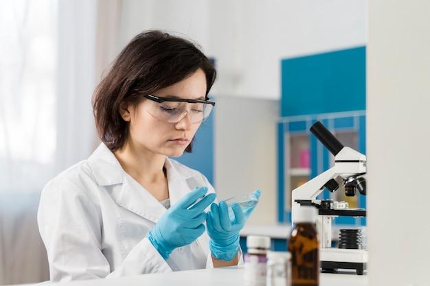 Перчатки молодого женского химика нося Бесплатные Фотографии