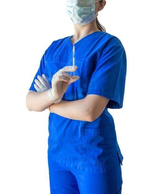 注射用シリンジを自信を持って保持している医療用制服と手袋の若い女性医師 無料写真