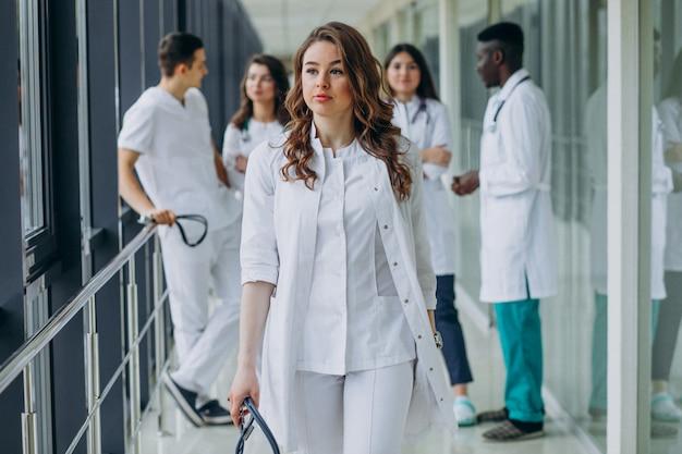 Giovane dottoressa a piedi dal corridoio dell'ospedale Foto Gratuite