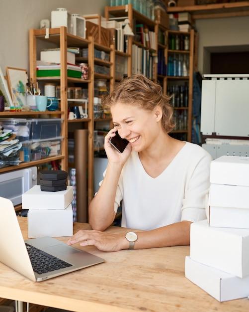携帯電話で話している若い女性起業家デザイナー Premium写真