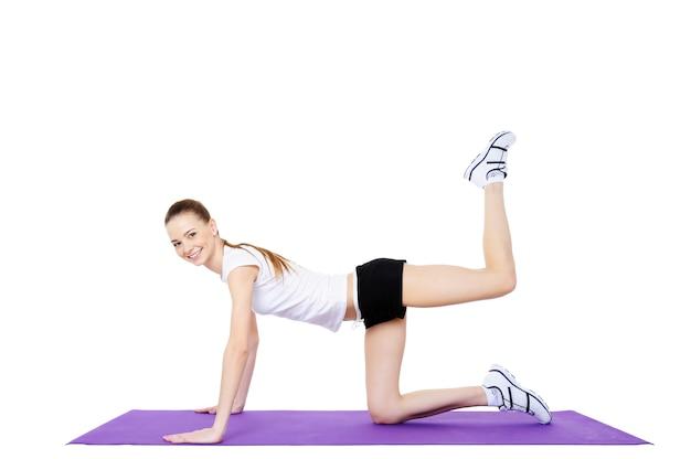 Giovane fitness femminile ed esercizi fisici Foto Gratuite