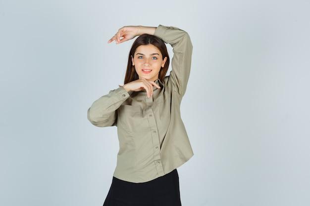 유행을 만드는 젊은 여성 셔츠, 치마 및 매혹적인 찾고 포즈 무료 사진