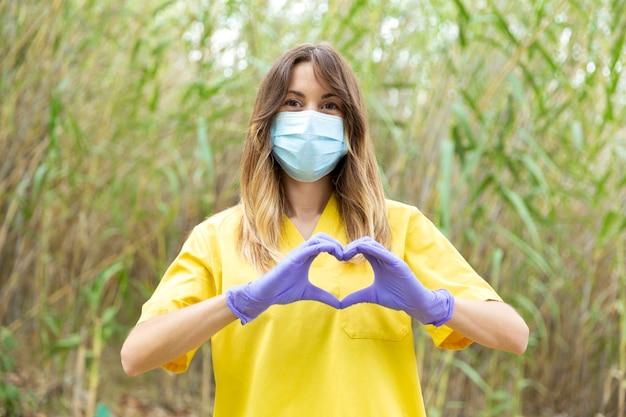 制服医療マスクの若い女性看護師 Premium写真