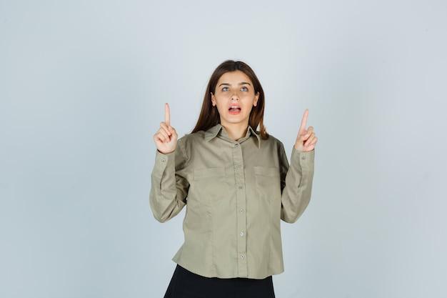 シャツ、スカートを上向きに、感謝の気持ちを表す若い女性 無料写真