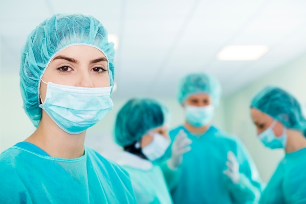 Young female surgeon with medical team in back before surgery Free Photo