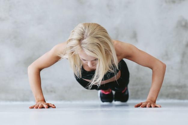 スポーツウェアのトレーニングで若いフィットの女性 無料写真