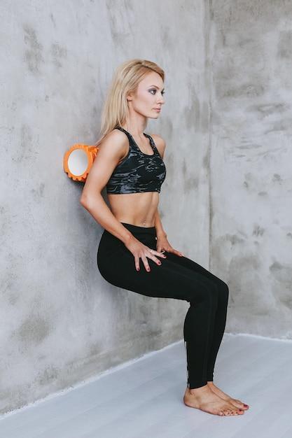Giovane donna adatta in abiti sportivi Foto Gratuite