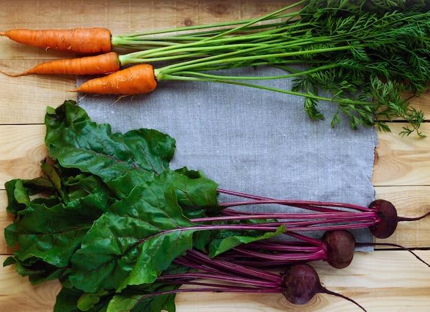 Молодые свежесобранные свеклы и морковь на дереве. вид сверху Premium Фотографии