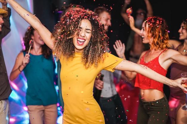 Юные друзья танцуют дома частную вечеринку Premium Фотографии