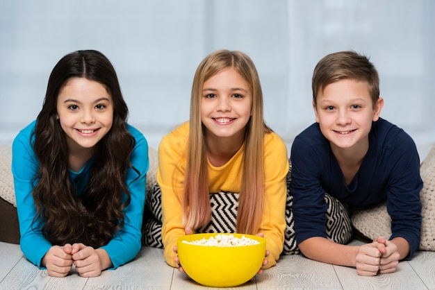 Young friends eating popcorn Free Photo