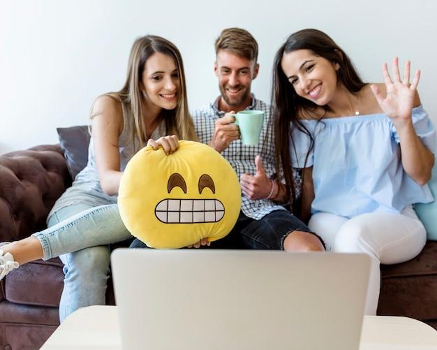 Молодые друзья наслаждаются новыми технологиями Бесплатные Фотографии