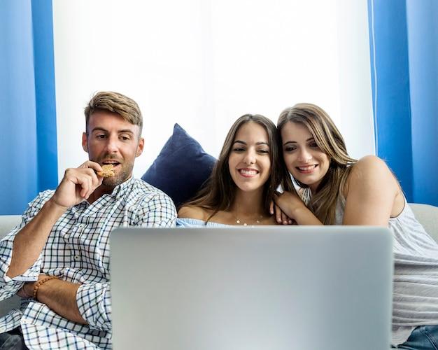 Молодые друзья, имеющие видеоконференцию Бесплатные Фотографии