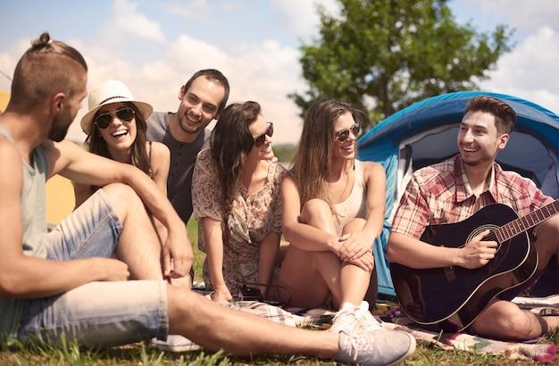 キャンプで楽しんでいる若い友達 無料写真