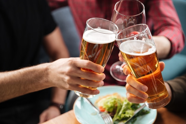 알코올을 마시는 동안 카페에 앉아 젊은 친구. 무료 사진