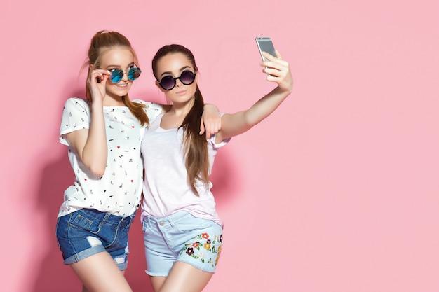 Young friends taking selfie Premium Photo