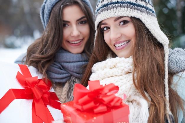 冬のプレゼントと若い友達 無料写真