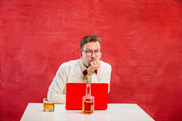 Молодой забавный человек с ноутбуком на день святого валентина Бесплатные Фотографии