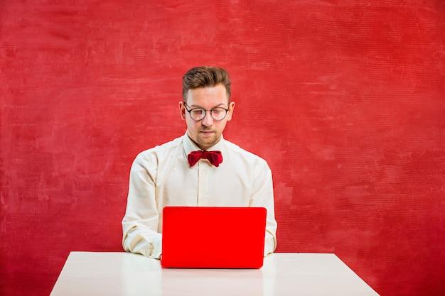 聖バレンタインの日にラップトップを持つ面白い若者 無料写真